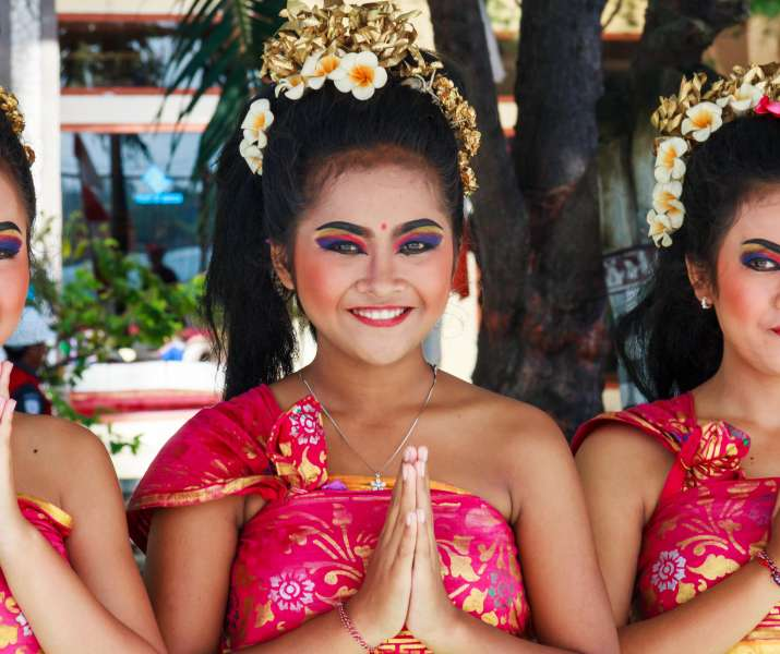 PBW3N7 Bali, Indonesia - 18th November 2016. Young girls greet cruise ship passengers. A welcome party meets all ships.
